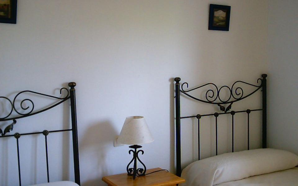 habitación con dos camas y vistas al mar