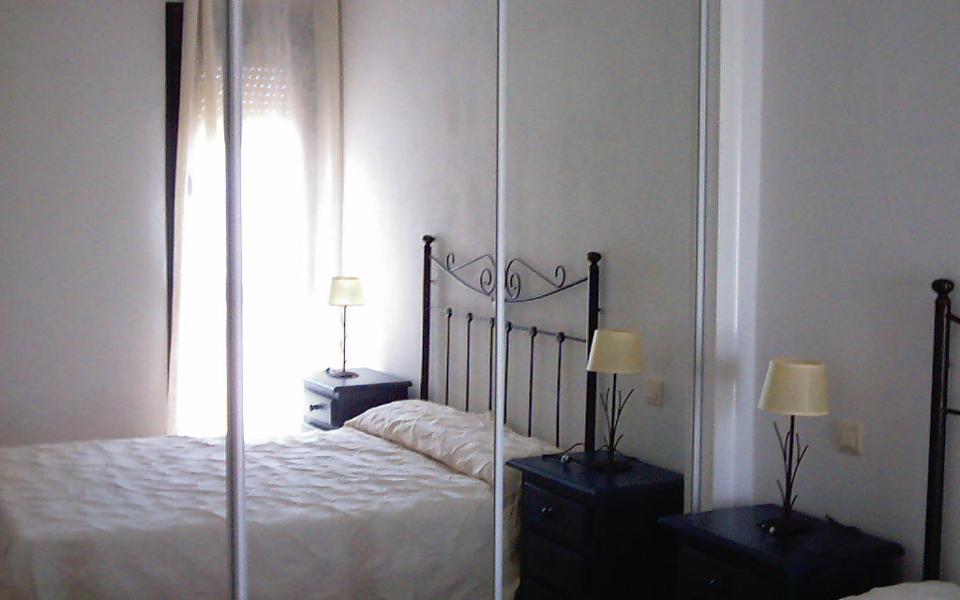 Habitación de matrimonio con gran armario empotrado